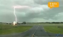 video Yolcu uçağının çok yakınına yıldırım düştü