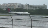 Yolcu uçağı kasırgaya daldı