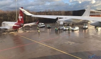 Yolcu uçağı park halindeki yolcu uçağına çarptı.