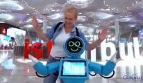 Yolcular danışma robotlara ilgi gösterdi