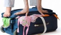 Uçak Yolcuları El Bagajlarıyla Birlikte Tartıyor