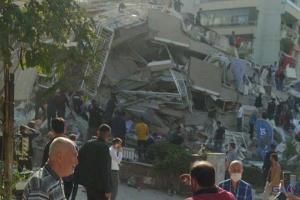 İzmir'de  Binanın depremde yıkılma anı(video)(video)
