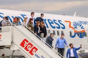 video Antalya'ya gelen ilk uçak, su takıyla karşılandı