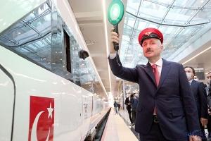 video Bakan Ankara-İstanbul seferini yapan treni uğurladı