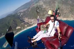 video Ölüdeniz'de 'koltukla' uçtu