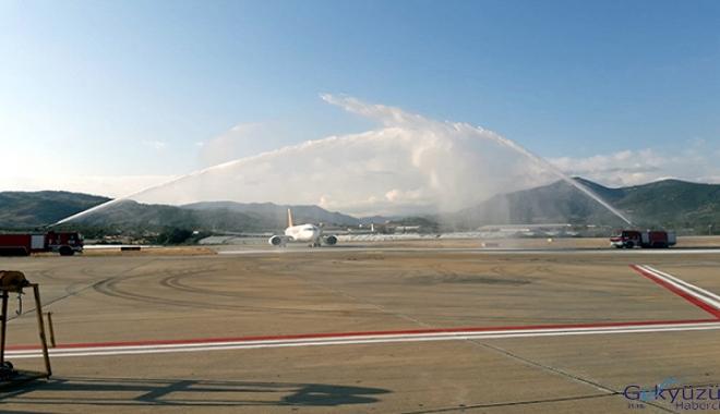 videoAlanya Havalimanı'nda Pegasus uçağı su takıyla karşılandı