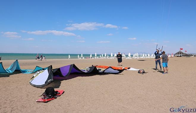 Beyşehir Gölü'nde kitesurfing sporu
