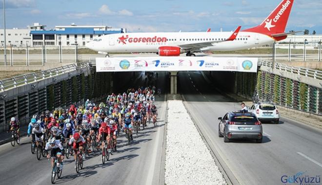 Bisikletliler, yolcu uçağı altından geçiş ritüelini tekrarladı