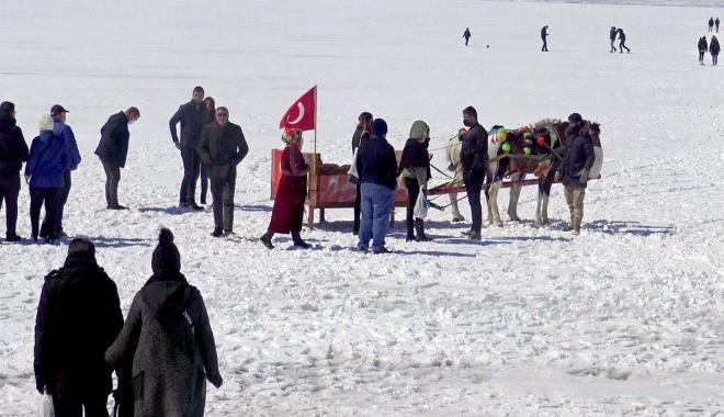Çıldır Gölü'nde atlı kızak keyfi(video)