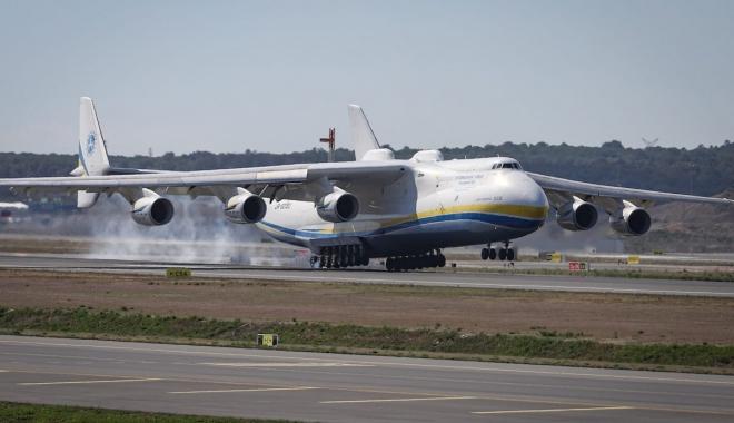 Dünyanın en büyük kargo uçağı İstanbul'a indi #video
