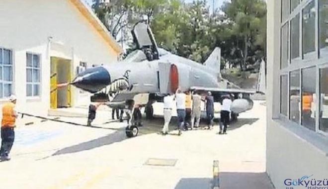 F-4E savaş uçağını yerine ittirdiler