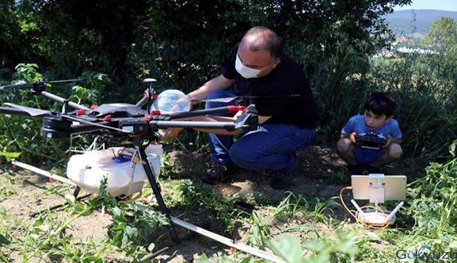 Geliştirdiği sistemle tarlasını drone ile ilaçlıyor