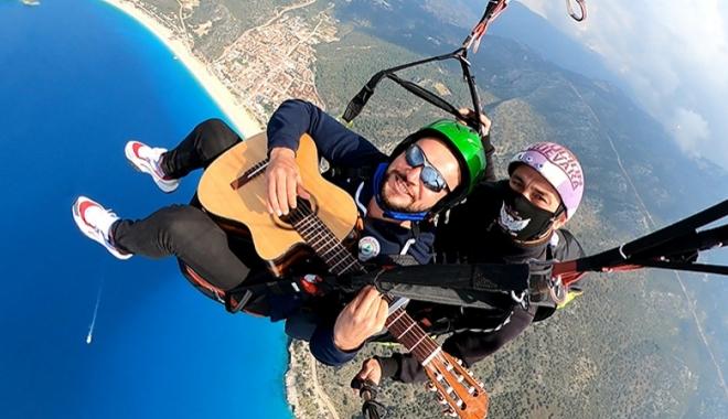 Gökyüzünde gitar resitali#video
