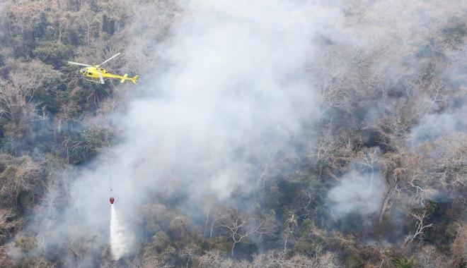 Helikopterler alevlerle savaşıyor