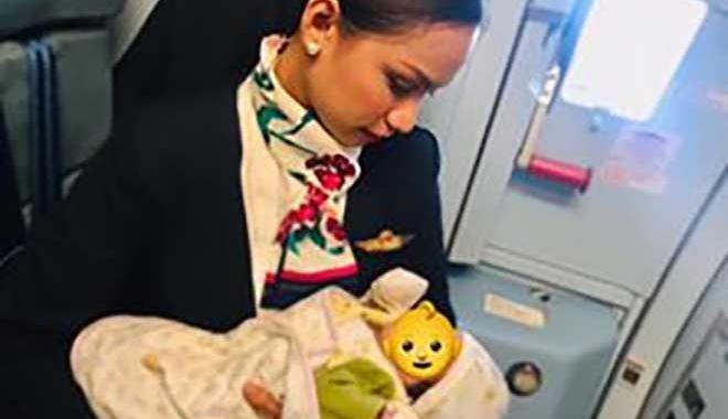 Hostes uçakta bebeği emzirdi!