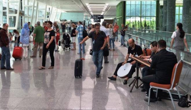 İzmir Adnan Menderes'de Resim Sergisi Ve Müzik