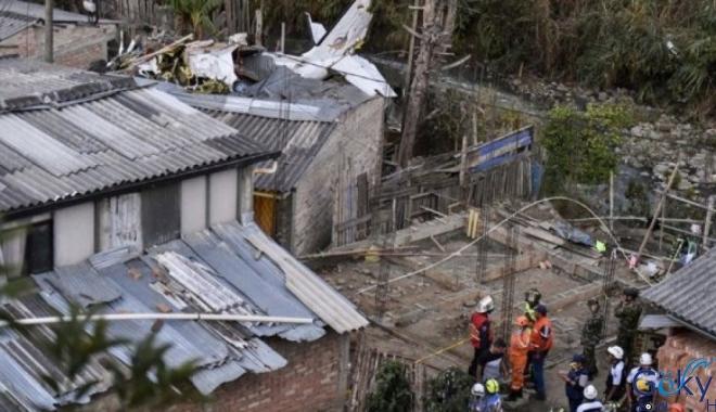 Kolombiya'da küçük bir yolcu uçağı düştü