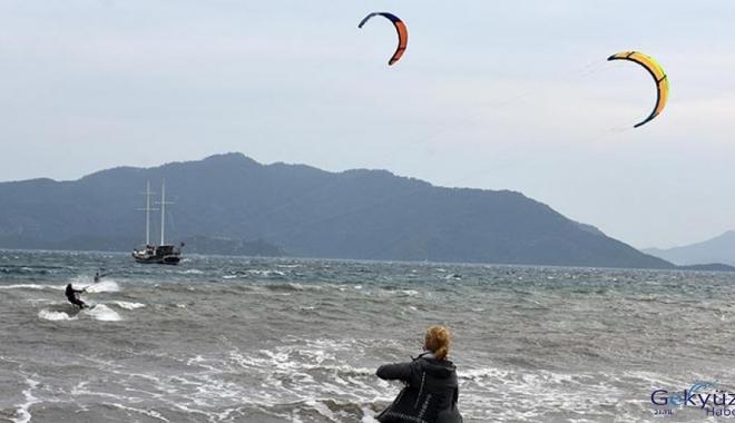 Marmaris'te fırtınayı fırsat bilip, sörf yaptılar