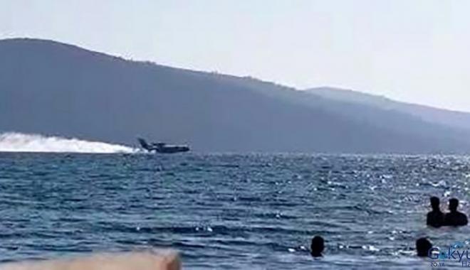 Muğla'da turistlerin arasında denize inen uçak