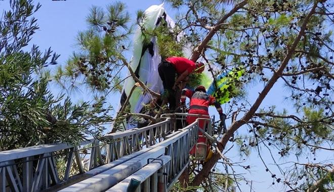 Paraşüt ağaca dolandı, pilot ve yolcu yaralandı#video