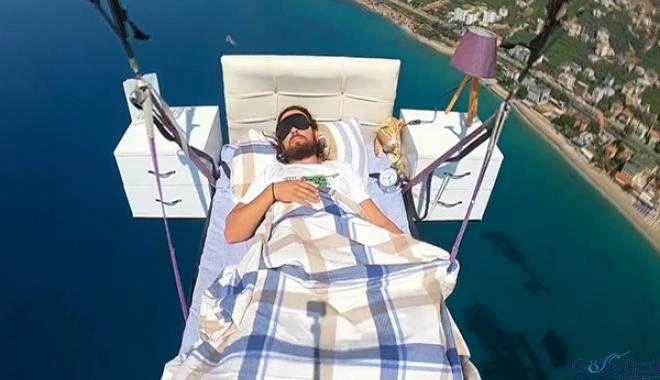 Paraşüt pilotu havada yatak keyfi yaptı(video)