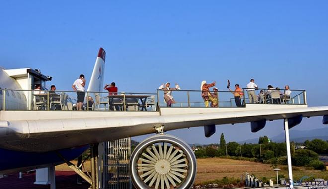 video Restoran uçağın kanatlarında zeybek gösterisi