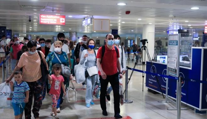 Rusya'dan turist taşıyan ilk uçak Antalya'da#video