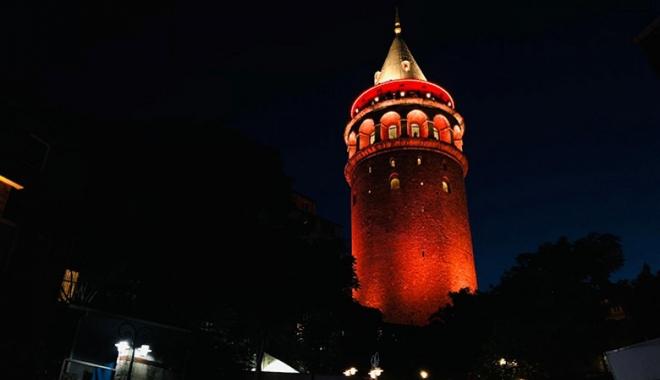 Türkiye'nin sembol yapıları kırmızı ışıkla aydınlandı