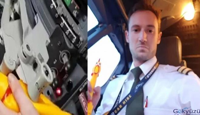 Uçağın gaz kolunu oyuncak tavukla çalıştıran pilot