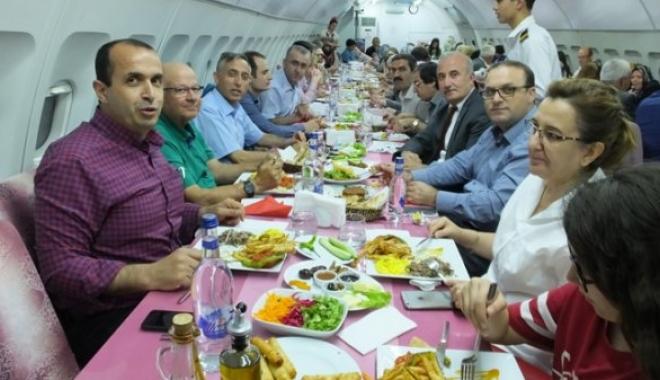 Uçak İçinde Verilen İftar Yemeğinde Buluştular