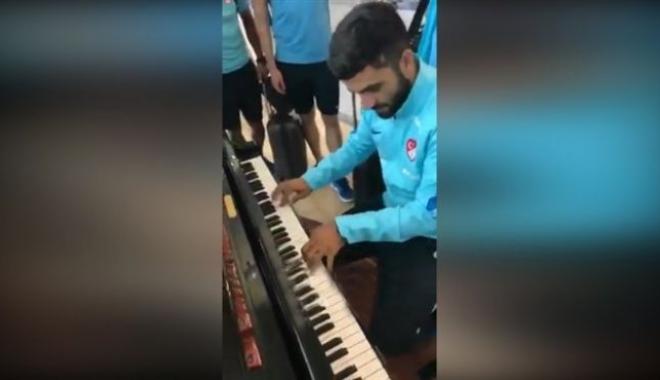 Ünlü Futbolcu Havalimanında Piyanoyu Görünce Dayanamadı