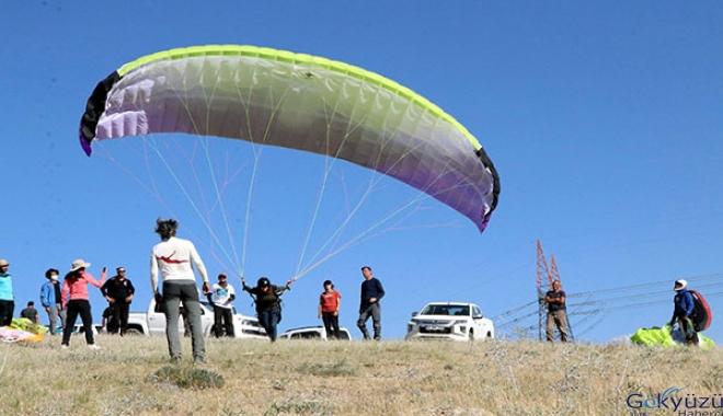 Vanlı yamaç paraşütü kursiyerleri, ilk uçuşunu yaptı