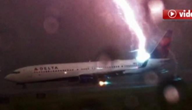Delta Havayolları  Uçağa Yıldırım Böyle Düştü vide