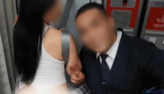 Yolcu uçağında porno oyuncusuyla poz verdi