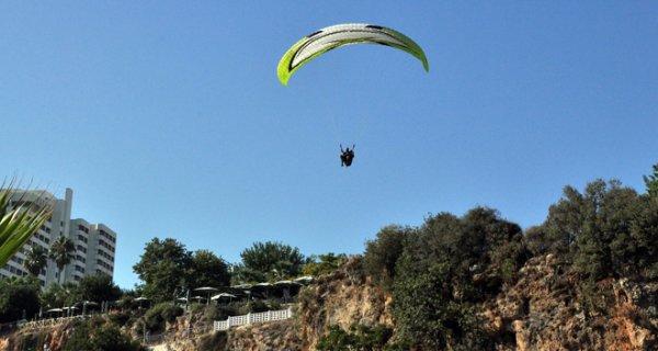 Motorlu Paraşütçüler Antalya'da Yasağı Dinlemiyor