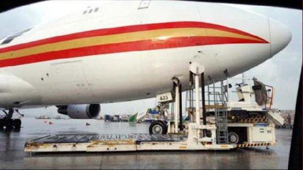 Apronda Uçakla Yükleme Aracı Çarpıştı