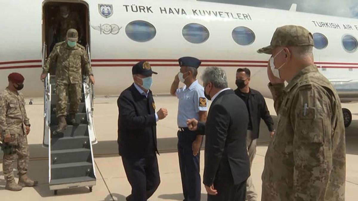 Bakan Akar, sınır hattında komutanlarla bir araya geldi