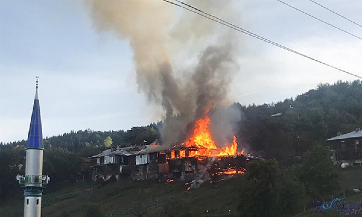 Bartın'da 3 ahşap ev yandı