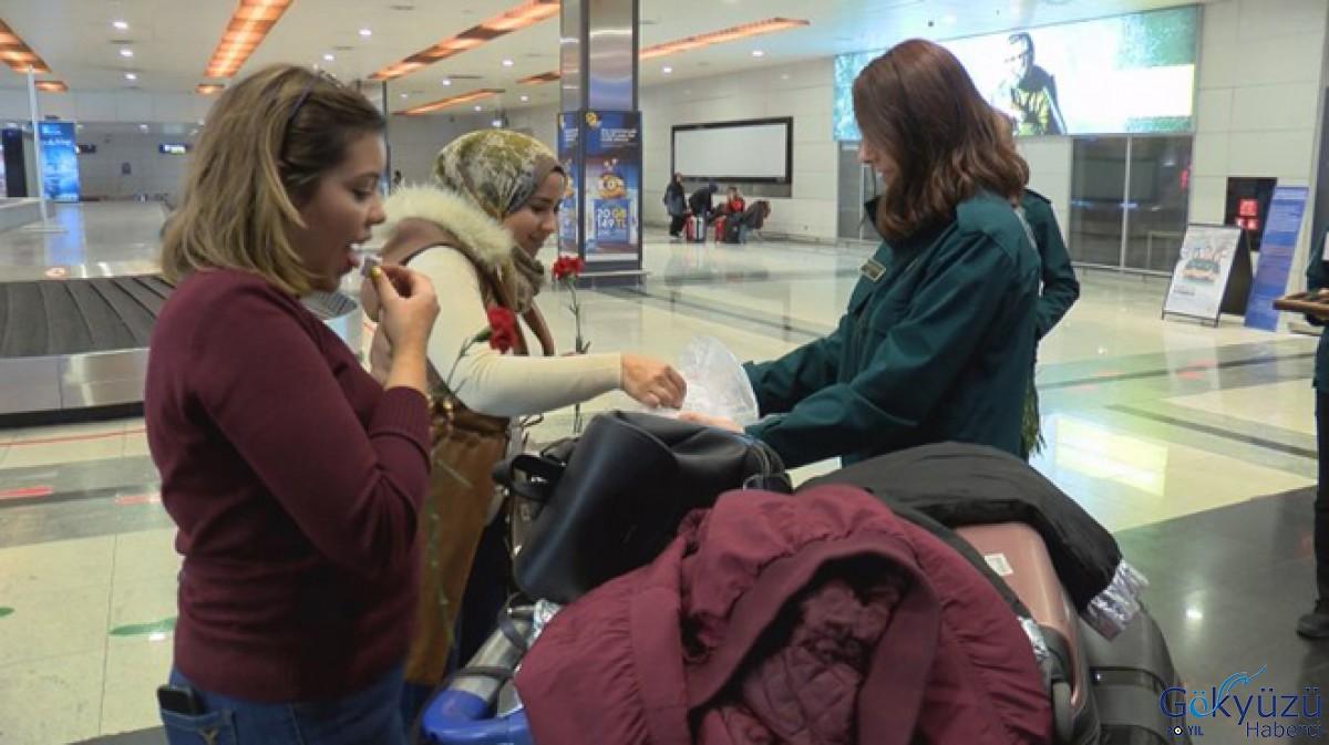 Gümrük Muhafaza personeli yolculara lokum ikram etti