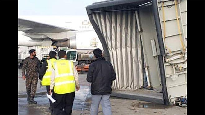 Havalimanı'nda yolcu köprüsü çöktü!