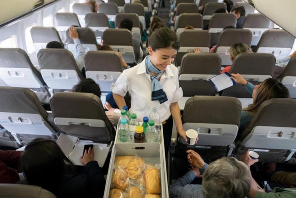 Hostes: Uçakta sıcak içecekleri içmeyin!