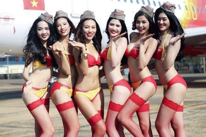İlk Uçuşu Bikinili Hostesler Karşıladı!