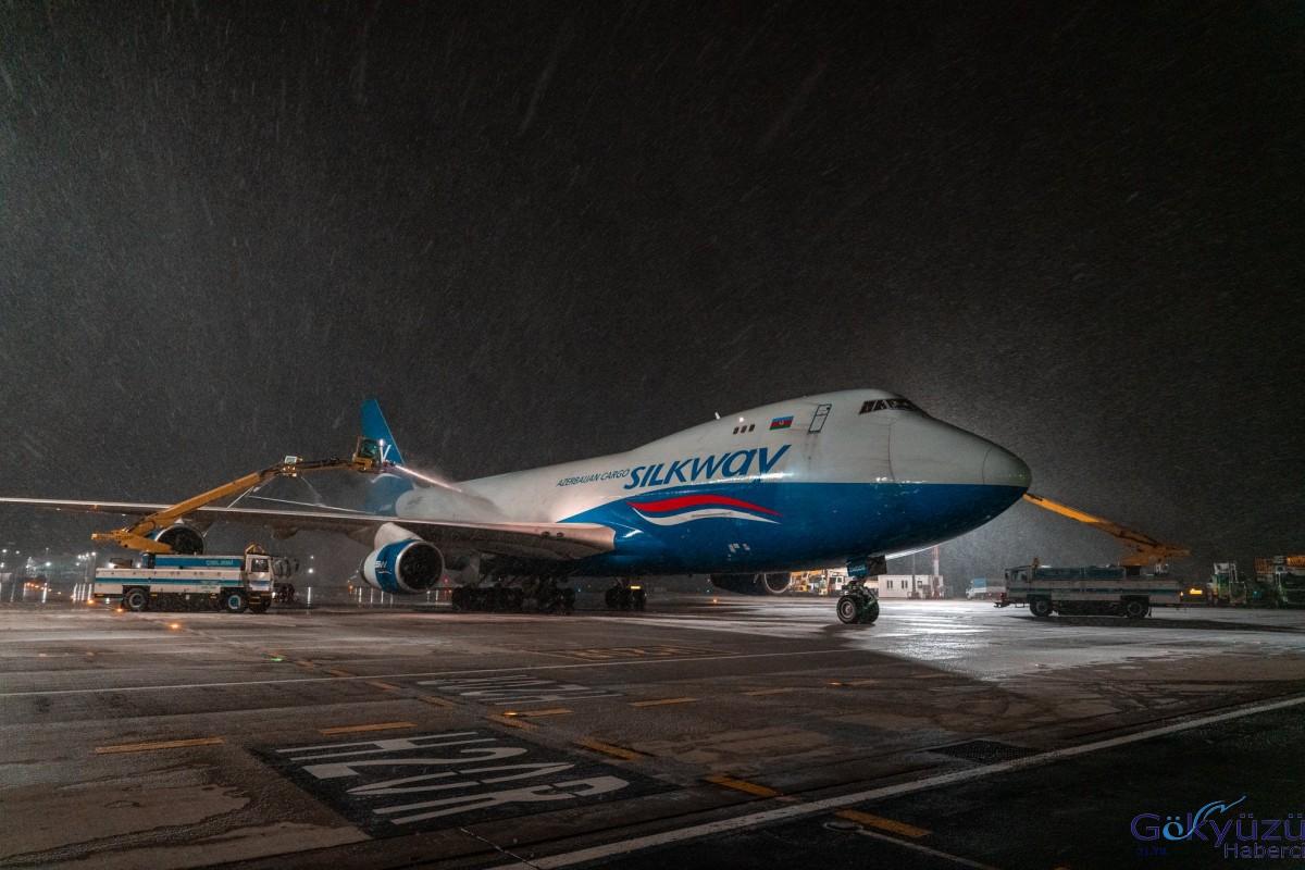 İstanbul Havalimanı'nda uçağa de-icing işlemi uyguladı