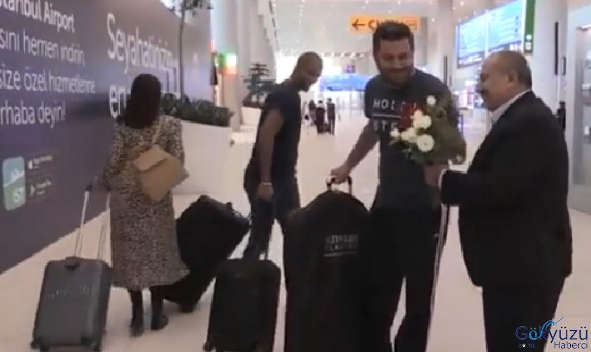 Havalimanı'nda Taksiciler yolculara gül  dağıttı