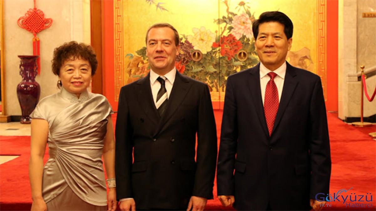 Medvedev, Rusya'daki Çin Büyükelçiliği'ni ziyaret