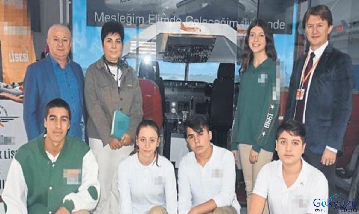 Öğrenciler simülatör eşliğinde uçuş deneyimi yaşıyor