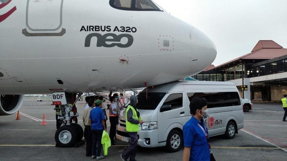 Servis otobüsü park halindeki uçağa çarptı