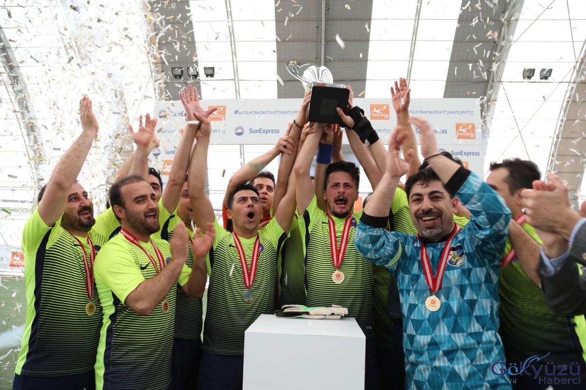 SunExpress Futbol Turnuvası'nda kazanan  S.S. Winglet ekibi