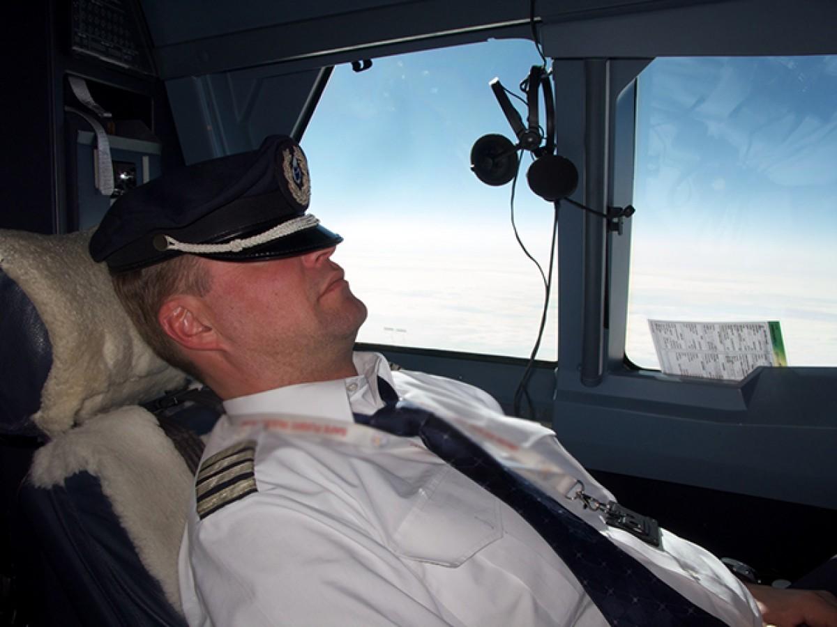 Uyuyakalan pilot havalimanını kaçırdı