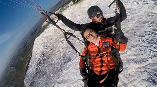 Yamaç paraşütüyle atlayan Çinli turist bayıldı!
